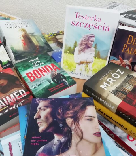 książki w kolorowych okładkach leżące luźno na stole
