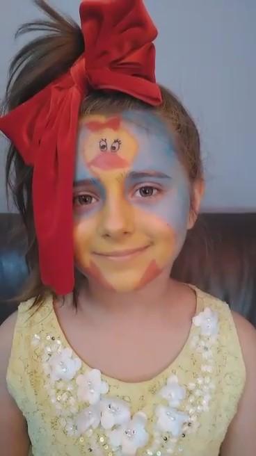 dziewczynka z pomalowaną twarzą