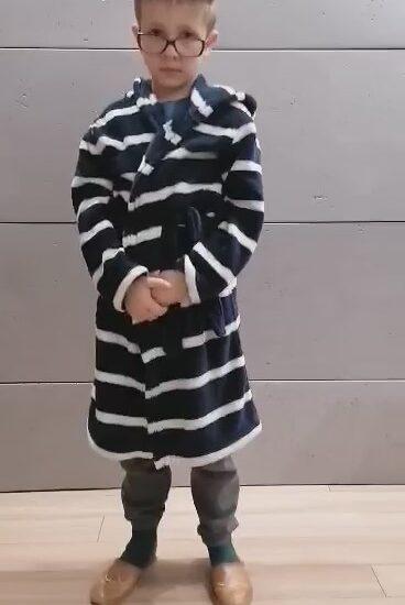 chłopiec ubrany w szlafrok w paski, na nosie okulary