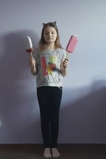 dziewczynka trzyma w rękach kolorowe dwa lody