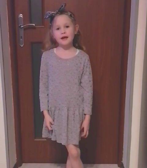 dziewczynka ubrana w sukienkę, na głowie opaska