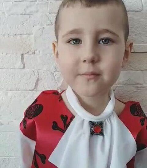 chłopiec ubrany w strój pirata
