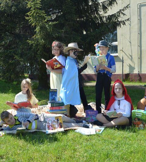 grupa dzieci przebranych za postaci z bajek, każde dziecko trzyma w rękach książkę