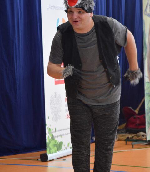 mężczyzna przebrany za wilka wskazuje ręką