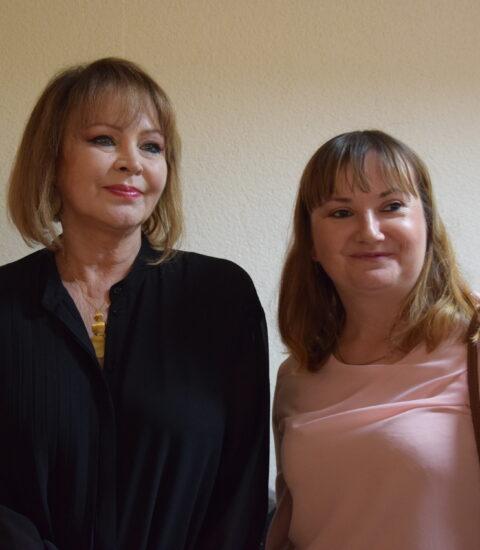 dwie kobiety stojące obok siebie