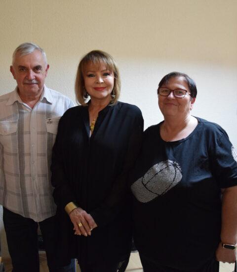 dwie kobiety i mężczyzna stojący obok siebie