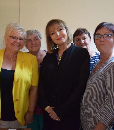 pięć kobiet stojących obok siebie