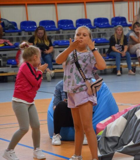 dziewczynka z torebką przesyła buziaki