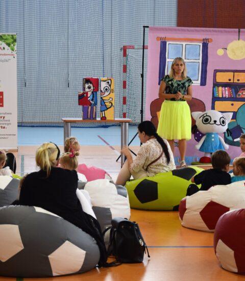 kobieta w żółtej spódnicy zwrócona przodem do publiczności