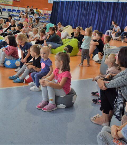 dzieci siedzące na kolorowych pufach