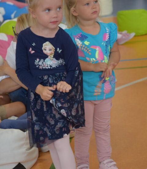 dwie mała dziewczynki stoją obok siebie