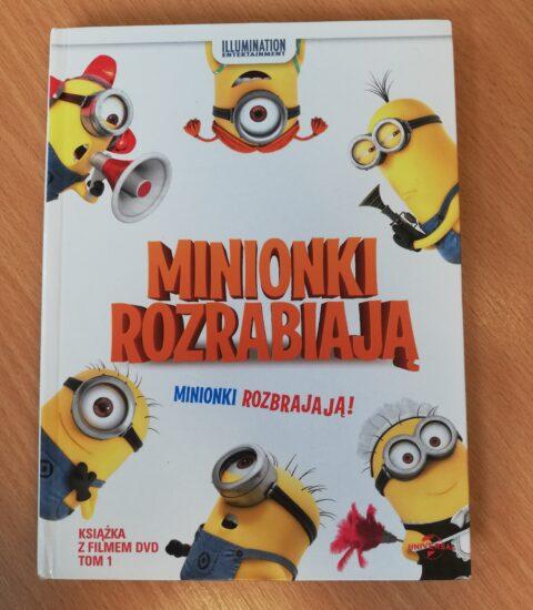okładka płyty leżąca na biurku, na kładce sześć żółtych postaci wokół tytułu filmu