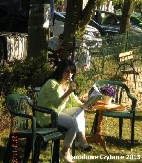 kobieta siedzi na krześle, mówi do mikrofonu