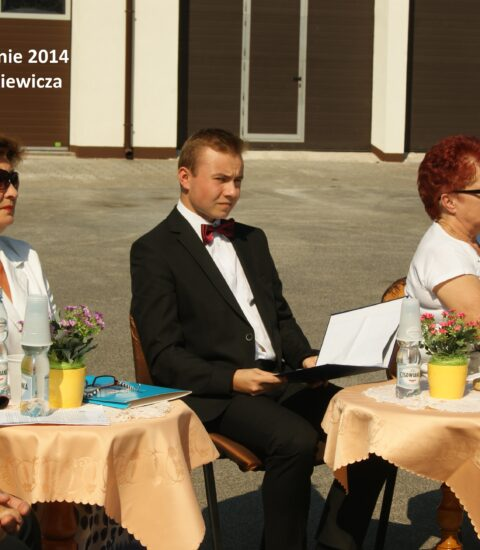 dwie kobiety siedzące przy stolikach, pomiędzy nimi mężczyzna