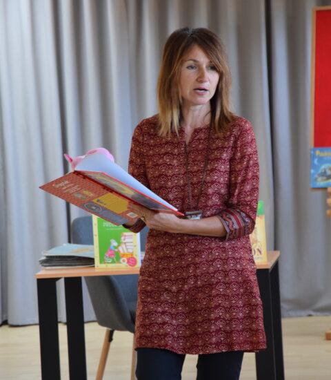 kobieta z otwartą książką