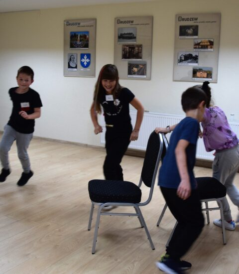 kilkoro dzieci tańczących dookoła krzeseł